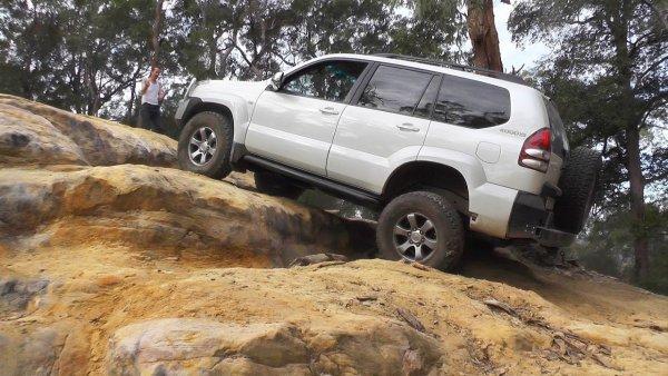 «Напомнил, кто здесь батя»: Toyota LC Prado 120 не оставил шансов Renault Arkana и VW Tiguan в offroad-заезде