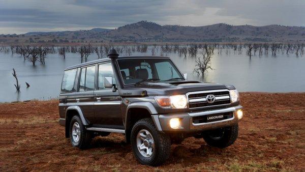 «В 80-е детей просто закидывали в багажник?»: Блогера разочаровали «семейные» возможности Toyota LC 70