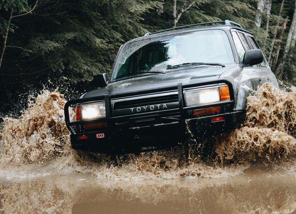 «Сто пудов после этой поездки мотор стошнило»: Сеть удивил Toyota Land Cruiser 80, который едет даже с затопленным салоном