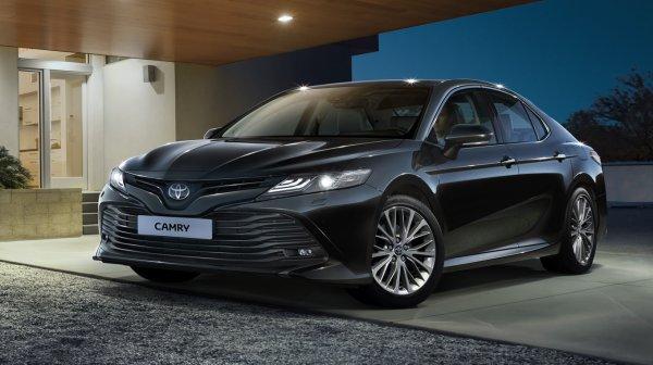 Дешево и сердито. Как себя показывает Toyota Camry с самым слабым двигателем?