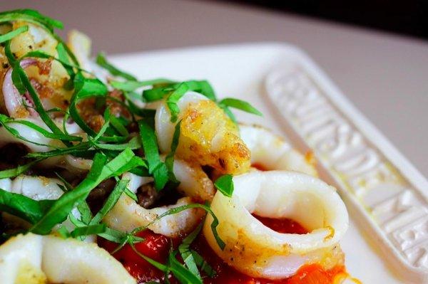 Рецепт вкусных кальмаров на сковороде раскрыл шеф