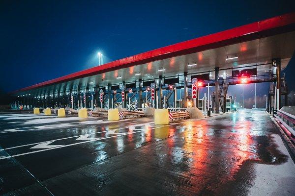 «Страна шлагбаумов, поборов, запретов и охранников»: Должен ли «Автодор» отвечать за ущерб машинам от шлагбаумов на ПВП трассы М4 «Дон» — сеть