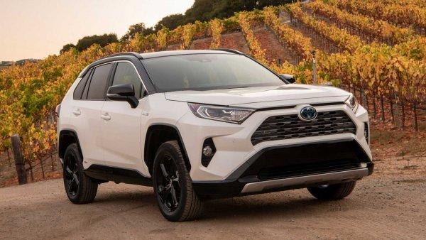 Японцы экономят «на спичках»: Как «тянет» новая Toyota RAV4 – хорошо, что не как «Камри»