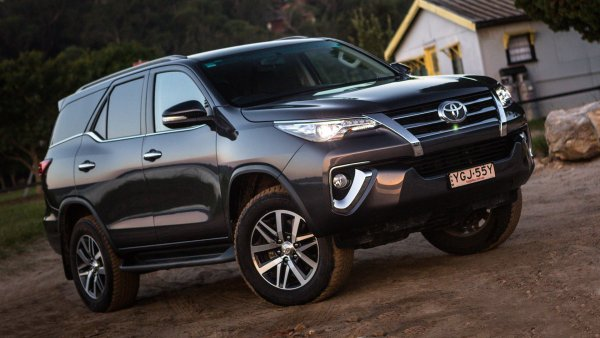 «Пока одни дают подарки, другие – жмотят омывайку»: Водителей разочаровало отношение дилеров Toyota Fortuner в России