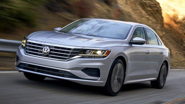 Теперь понятно, почему россияне выбирают «Камри»: Текущее обновление не спасет Volkswagen Passat от провала