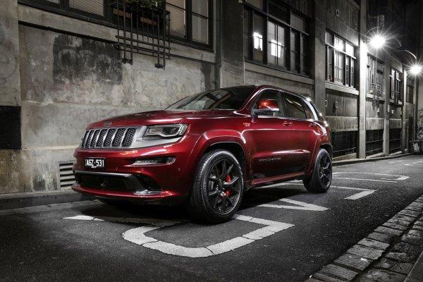 «Крузак»? Это кто вообще? Jeep Grand Cherokee – для тех, кто любит, чтоб скорость была комфортной